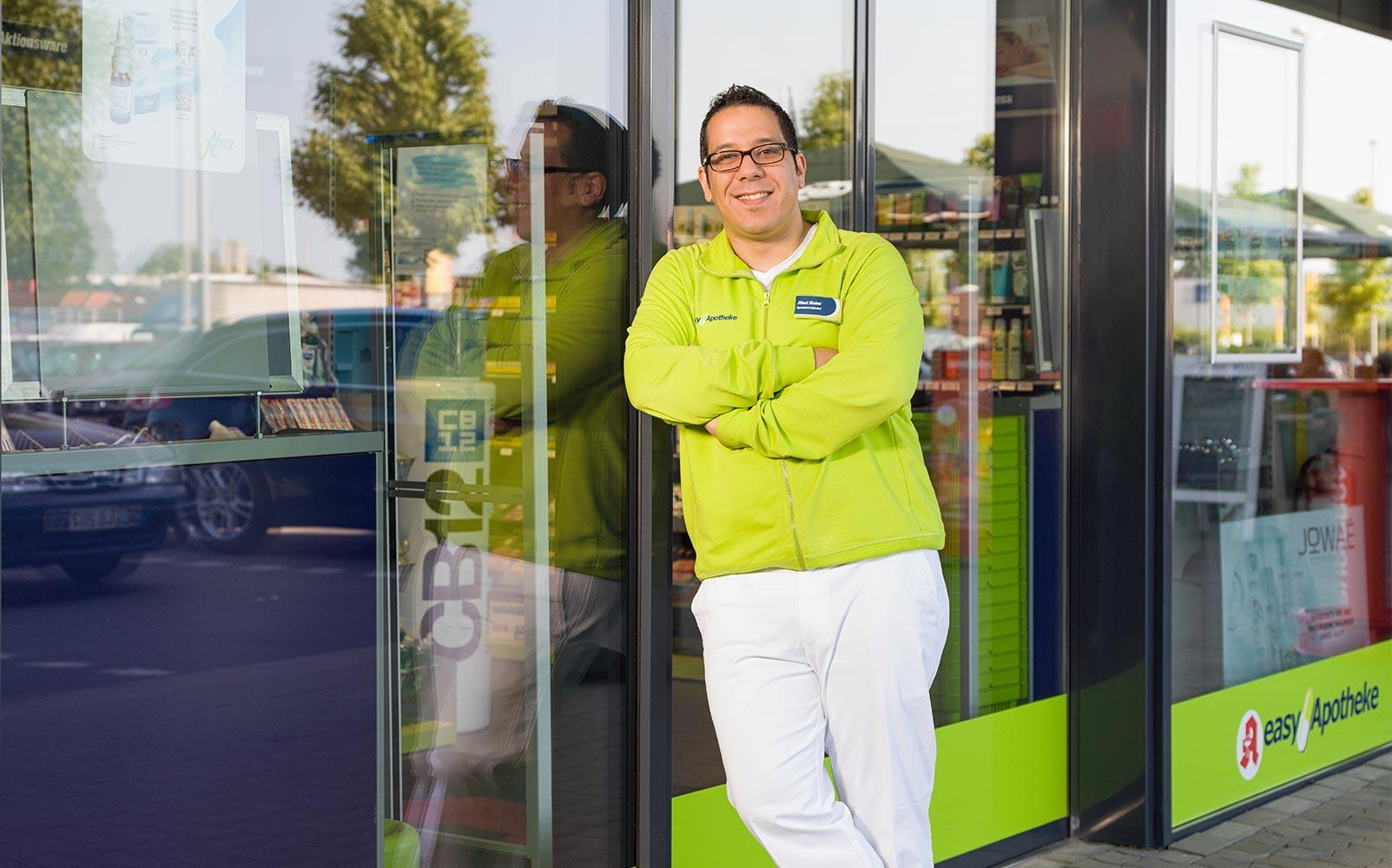 Apothekeinhaber Jihed Slaimi vor seiner easyApotheke Henstedt-Ulzburg