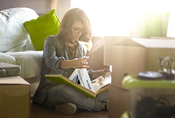easyApotheke – Junge Frau sichtet die Vertragsunterlagen für Ihre erste Apotheke mit easy