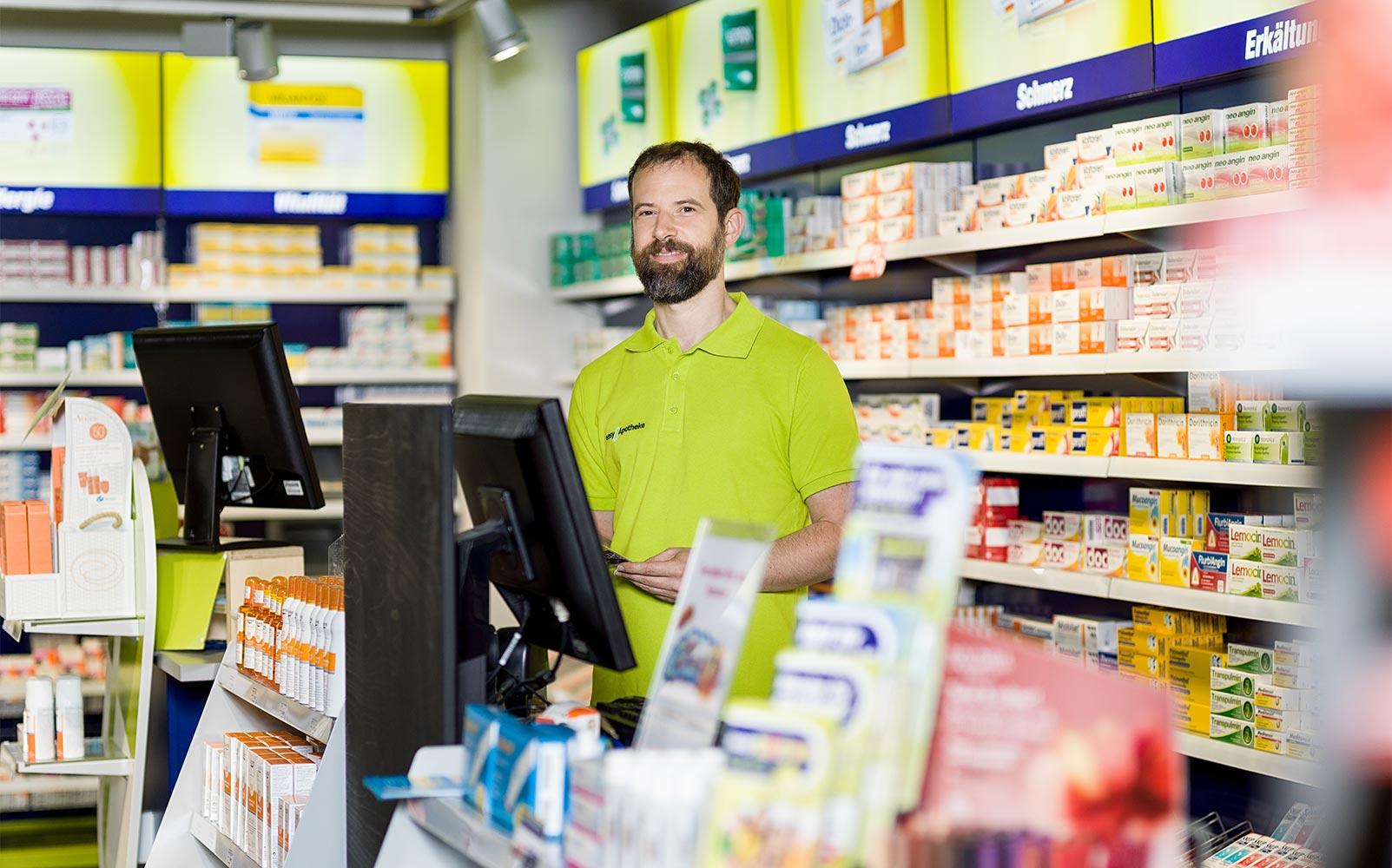 Apothekeninhaber Peter Dorfner berät in seiner easyApotheke Neumarkt