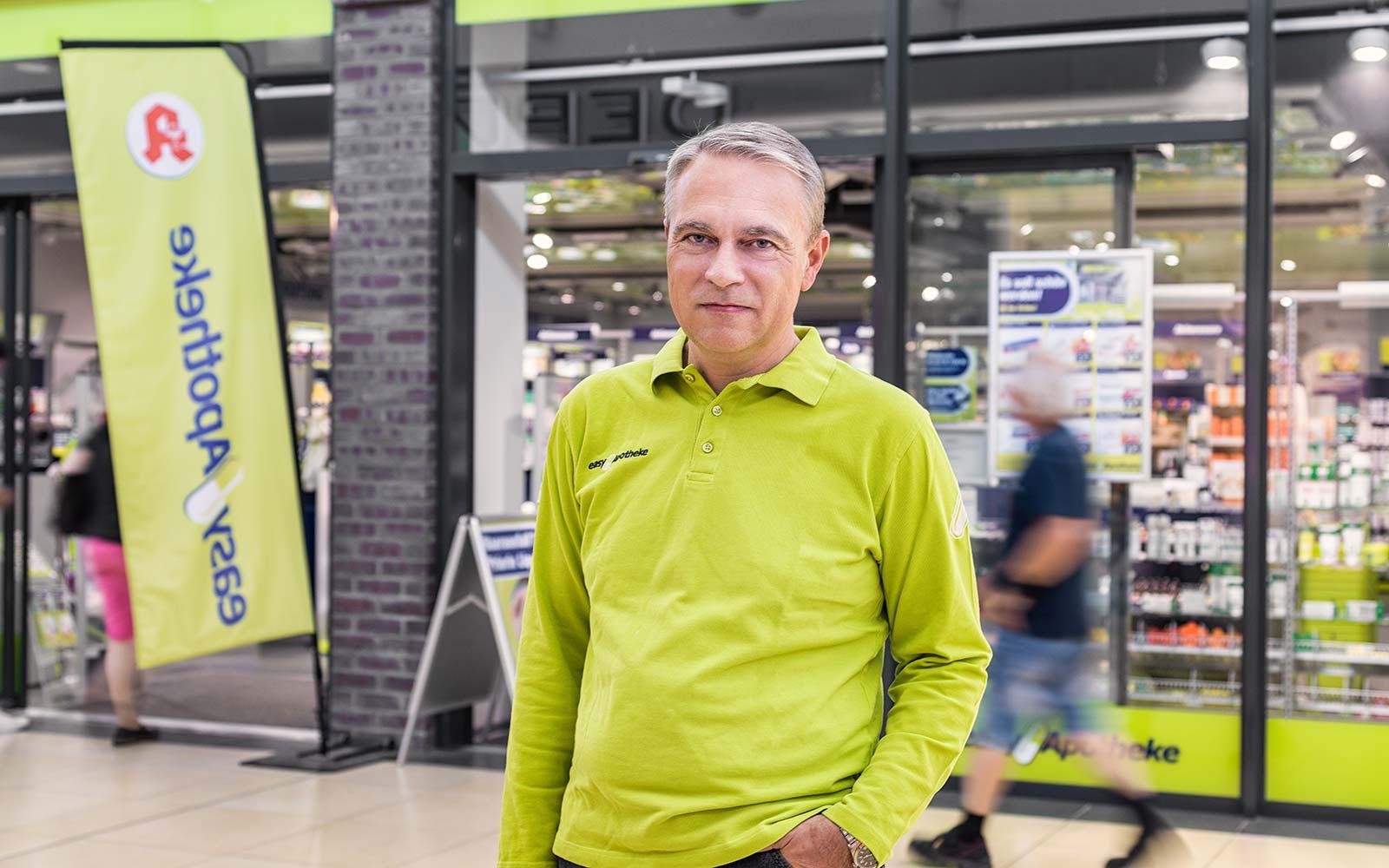 Apotheker Andreas Fritsch vor seiner easyApotheke in Landshut