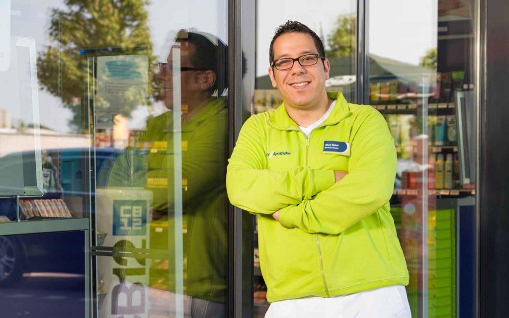 Jihed Slaimi, Apothekeninhaber der easyApotheke Henstedt-Ulzburg, stellt seine Erfolgsgeschichte mit easy vor