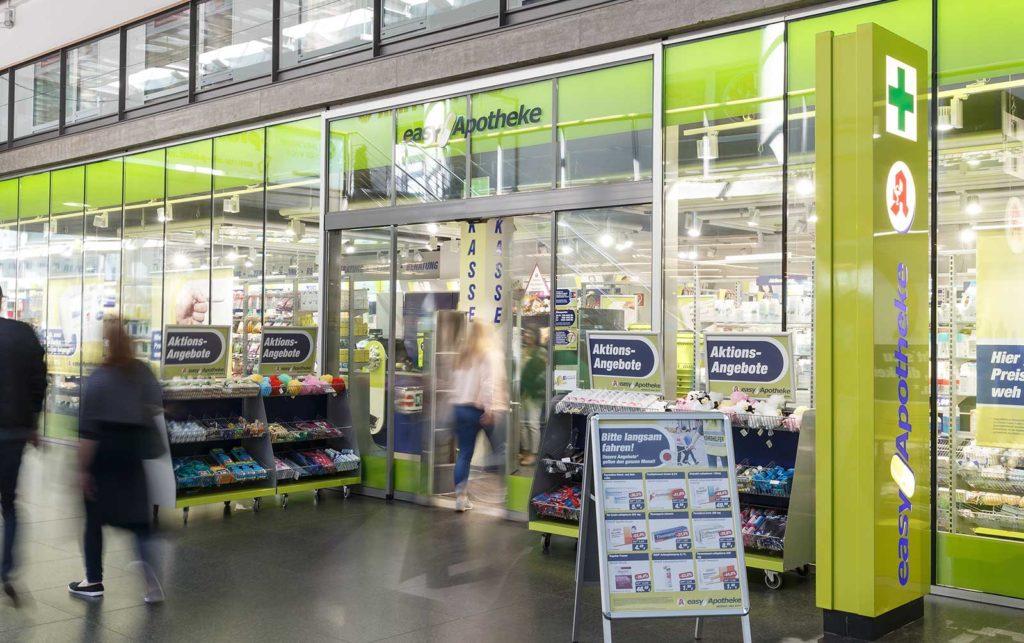 Die Außenansicht der easyApotheke von Apotheker Markus Vivell im Hauptbahnhof in Freiburg