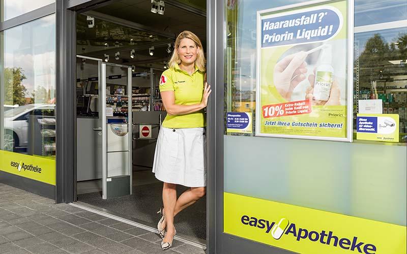 Apothekerin Stephanie Kühne vor ihrer easyApotheke in Freising