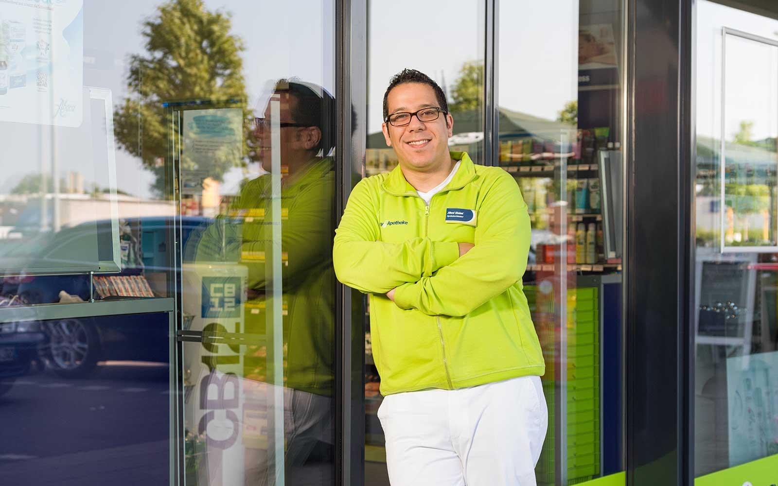 Apotheker Jihed Slaimi vor seiner easyApotheke in Henstedt-Ulzburg