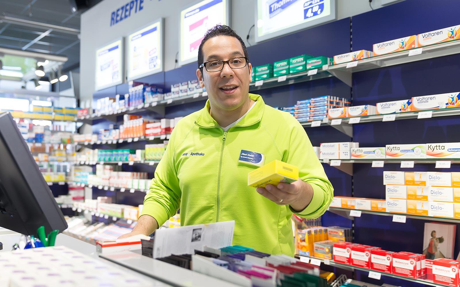 Apotheker Jihed Slaimi in seiner easyApotheke in Henstedt-Ulzburg