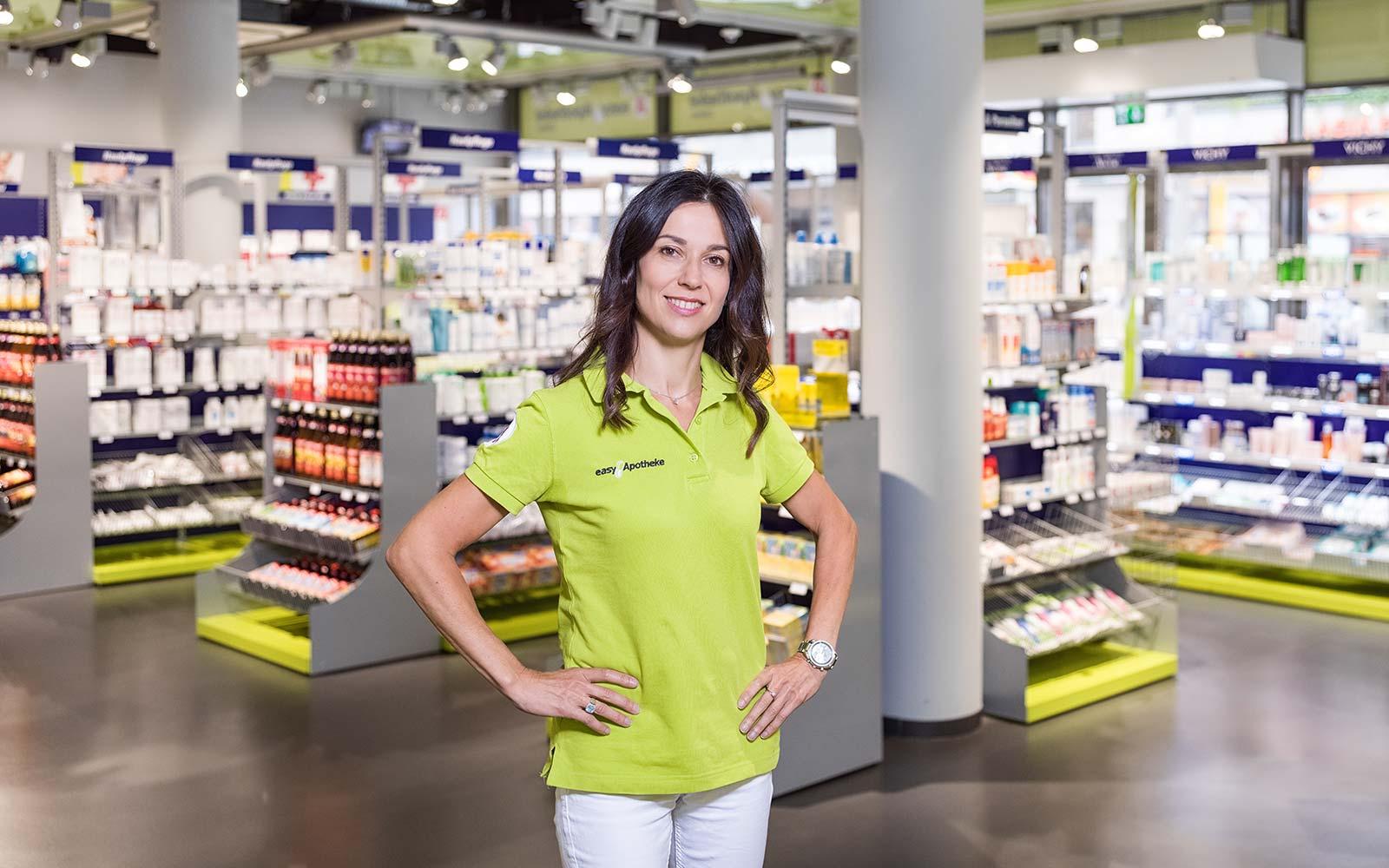 Apothekerin Alexandra Gerhard im Verkaufsraum Ihrer easyApotheke in Löbtau bei Dresden