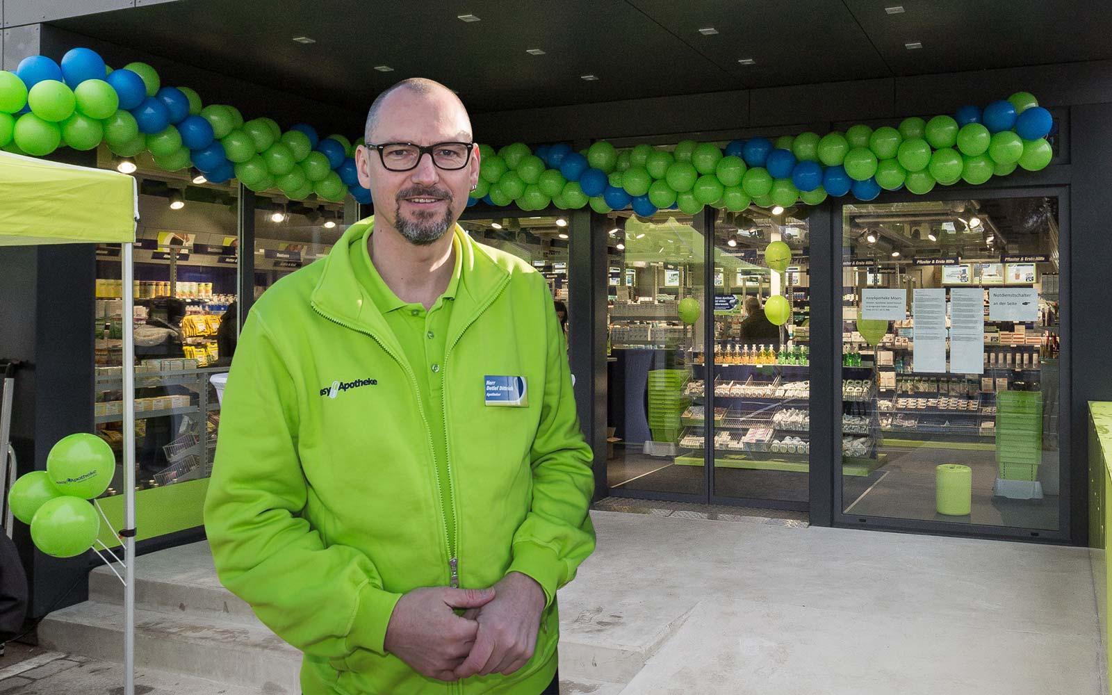 Apotheker Detlef Dittrich vor seinem easyApotheke Modul in Moers