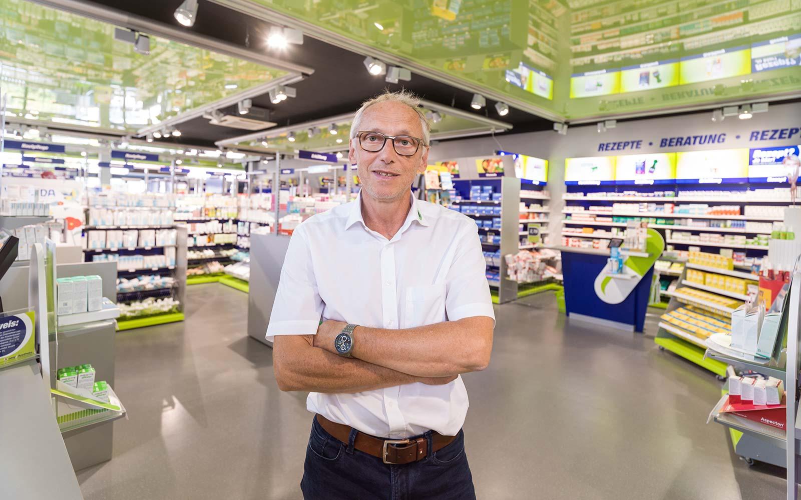 Apotheker Peter Schmid in seiner easyApotheke in Eggenfelden