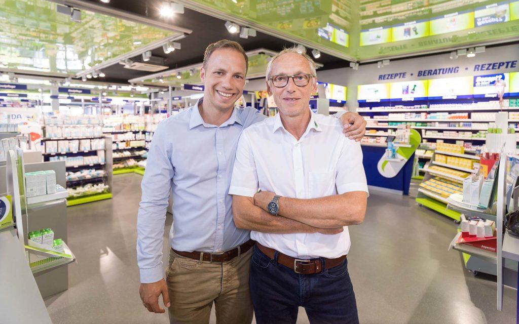 Apotheker Peter Schmid mit seinem Sohn Sebastian, ebenfalls Apotheker, in seiner easyApotheke in Eggenfelden