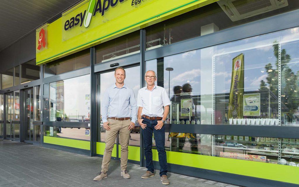 Apotheker Peter Schmid mit seinem Sohn Sebastian, ebenfalls Apotheker, vor seiner easyApotheke in Eggenfelden