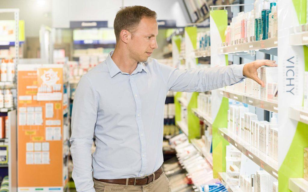 Apotheker Sebastian Schmid in seiner easyApotheke in Eggenfelden