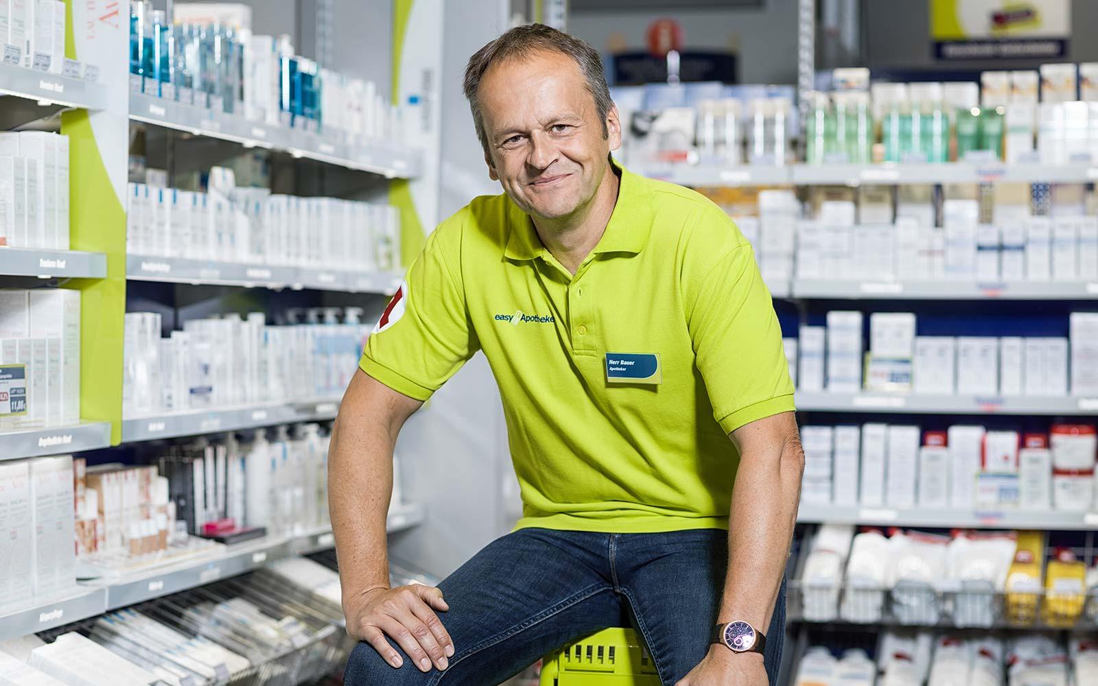 Apotheker Wolfgang Bauer in der Offizin seiner easyApotheke in Bayreuth