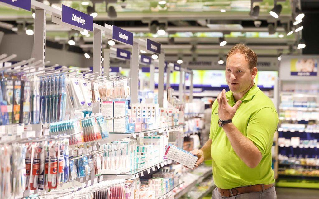 Apotheker Lars Haselhorst berät in seiner easyApotheke in Wolfsburg