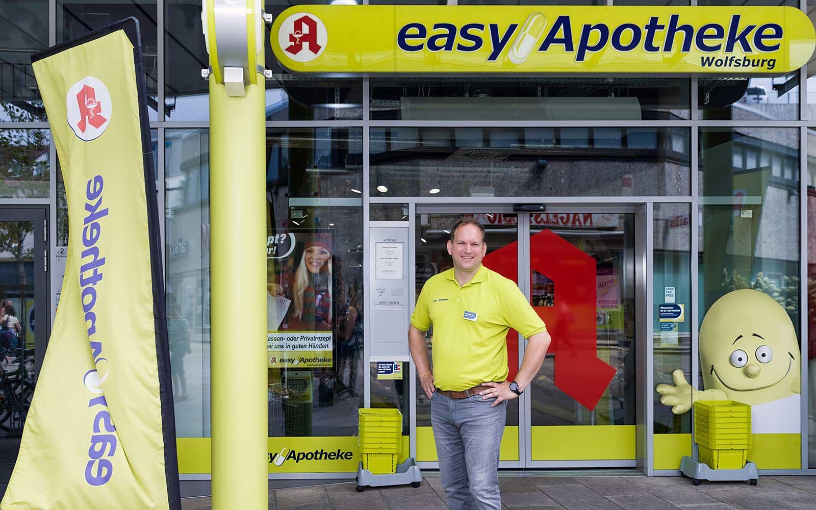 Apotheker Lars Haselhorst vor seiner easyApotheke in Wolfsburg